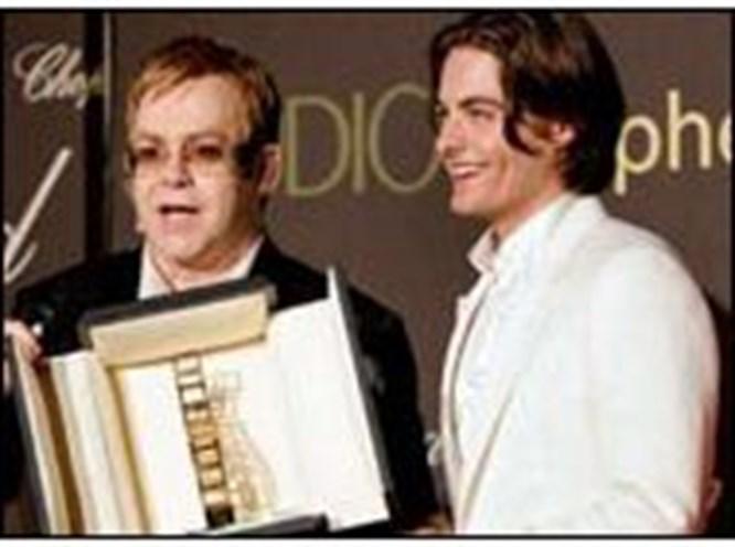 Elton John'dan gazetecilere hakaret